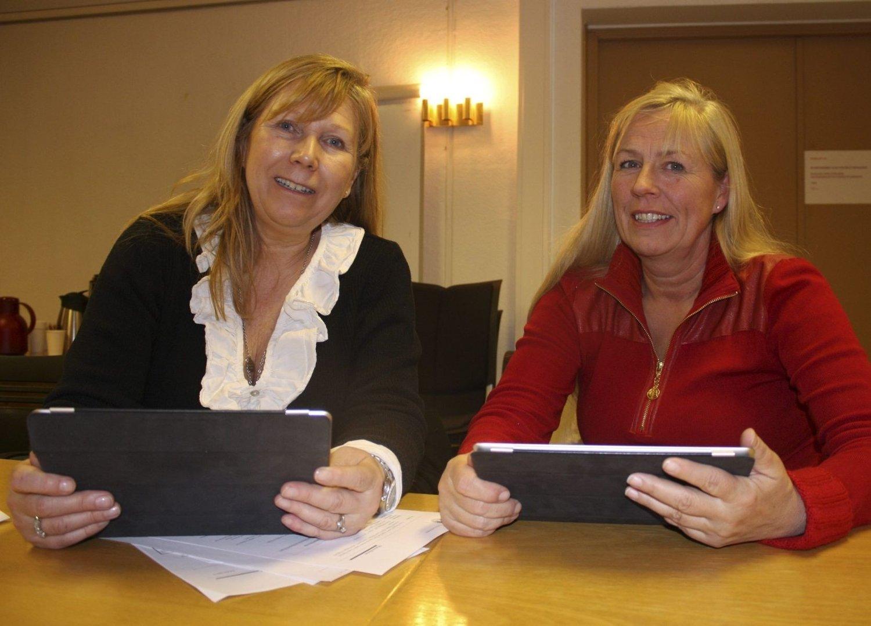 BRETTFRELST: Mona Verdich (til venstre) og Nina E. Øyen i Nordstrand bydelsutvalg synes det er topp å slippe papirbunker og heller lese saksdokumenter på nettbrett. Foto: Kristin Trosvik