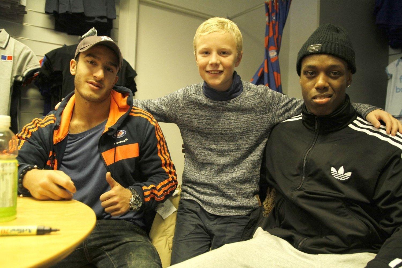 Ti år gamle Christoffer Øverland overtok mikrofonen og intervjuet Mohammed Fellah (t.v.) og Akinsola Akinyemi.