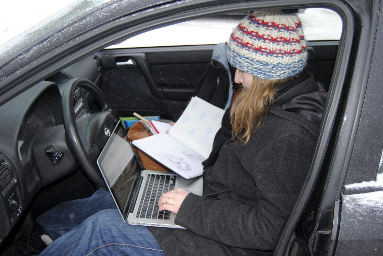 Alt mulig: Camilla Kuhn bruker bilen både som familiebil og kontor. Her gjør hun alt.Alle foto: Stine Machlar
