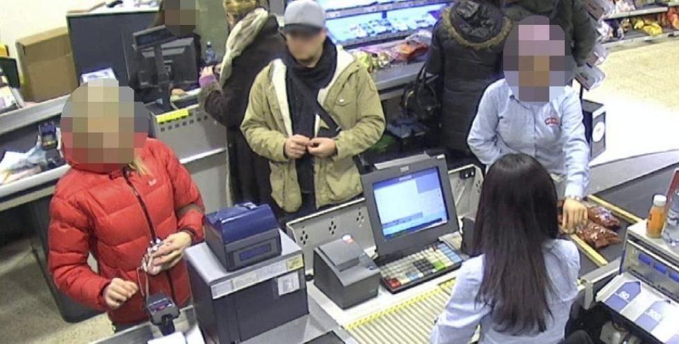 1: Mannen bak kvinnen i det røde jakken stiller seg slik at han ser koden til kvinnen. KLIKK PÅ BILDET FOR Å SE NESTE BILDE