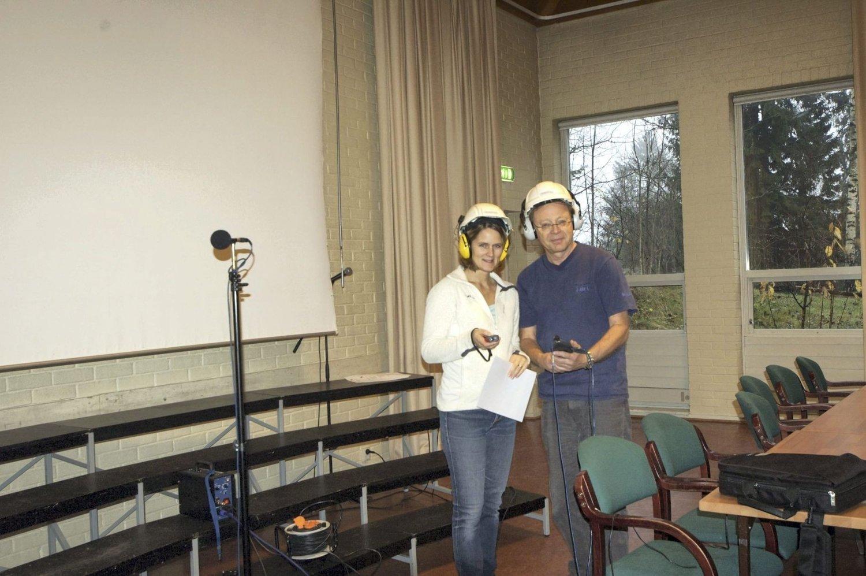 AKUSTIKK: Representanter fra Nordre Aker Musikk- og kulturutvalg; Ulrika Tivert Sølvberg og Kristian Meisingset måler akustikk i kirkestua i Nordberg Kirke. FOTO: NAMK