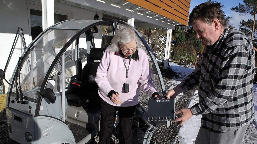 SLO UT NØDNETTET: Lite visste Kristine Skarstein (88) og sønnen Oddvar at laderen til den nye, elektriske handikapbilen hennes satte nødnettet på lufthavnen 900 meter unna ut av spill. En konstruksjonsfeil gjorde nemlig laderen om til en radiobølge-sender.