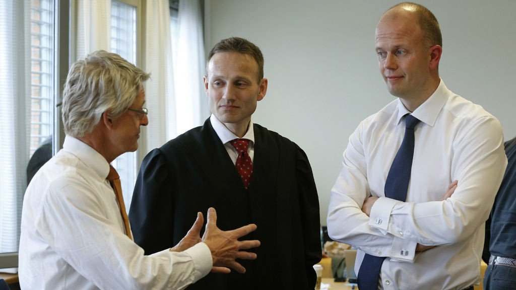 Akton Svein Holden (t.h.) sammen med forsvarerene Steffen Brandstad og Harald Stabell i Nedre Romerike Tingrett.