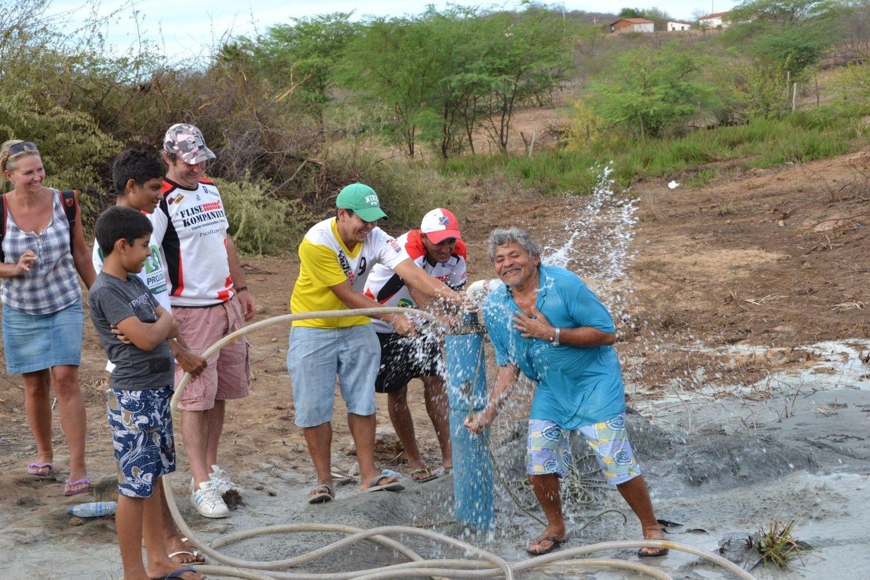 Endelig vann: Janken Fensholt sto for boringen og oppdagelsen av vann i den lille landsbyen Campo Redondo i Brasil. her sammen med en glad lokalbefolknig.