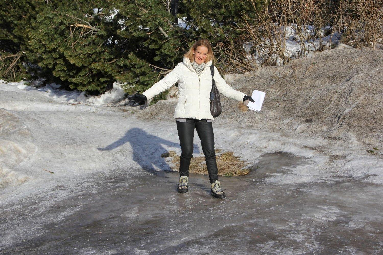 Med brodder klarer Jane Steenbuch å holde seg på beina i enden av gangveien. Foto: Vidar Bakken