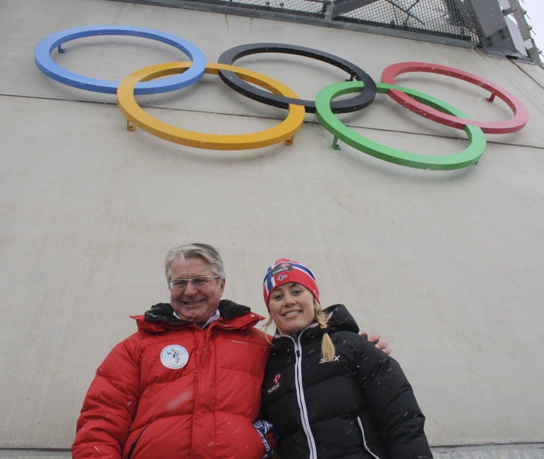 ORDFØREREN MED HEDERSGJEST: Ordfører Fabian Stang og hedersgjest Ragnhild Haga syntes det var godt å få OL-ringene tilbake i Holmenkollbakken igjen.