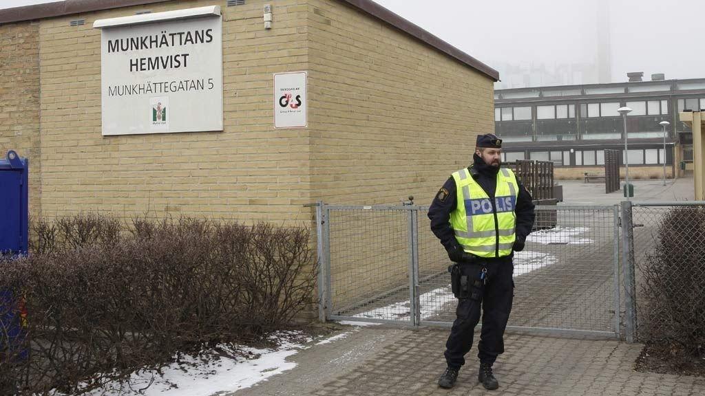 Fire skoler i Malmø-området ble stengt fredag morgen etter at det ble funnet et skytevåpen på Heleneholmsskolen.