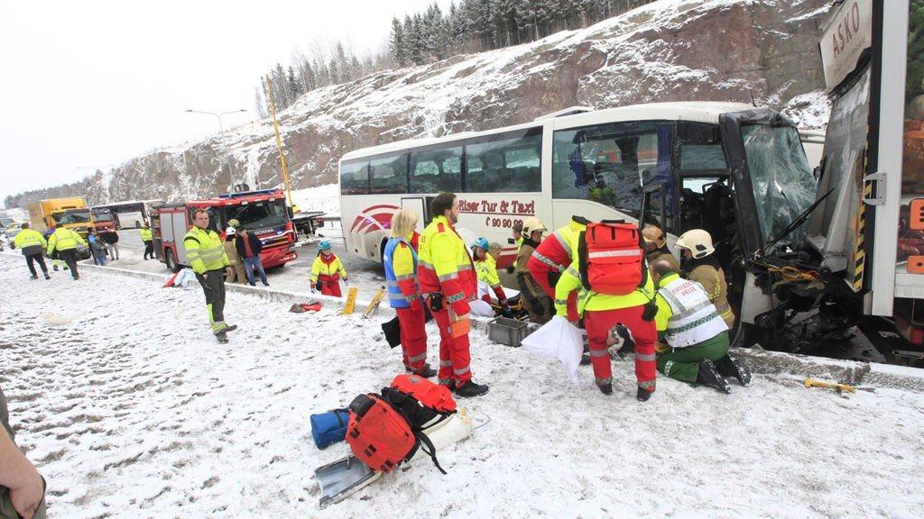 Minst ti kjøretøy er involvert i en trafikkulykke i inngangen av Hemtunnelen i Vestfold. Skadeomfanget er ukjent. Det meldes om vanskelige kjøreforhold på stedet.
