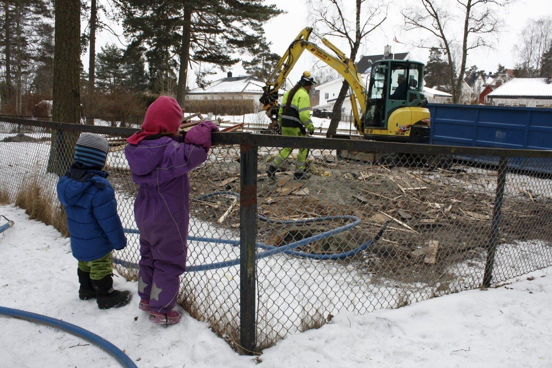 TOK ALT: Isack og Anneli har brukt gamle Kåres vei barnepark som lekeplass sommer og vinter. Det var ikke lett å forstå at gravemaskinen gjorde den til pinneved. FOTO: AINA MOBERG
