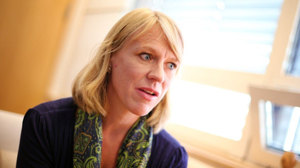 Arbeidsminister Anniken Huitfeldt sier det er vanskelig å sette inn tiltak mot kvinners høye sykefravær.