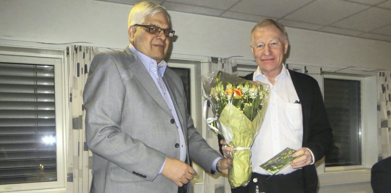 AVSKJED: Leder av Bydelsutvalget, Shahbaz Tariq, takket av bydelsdirektør Jan Hagen på sist BU-møte. FOTO: PRIVAT