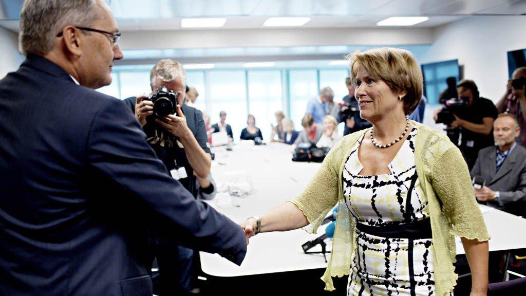 Justisminister Grete Faremo (t.h.) hilser den nye politidirektøren, Odd Reidar Humlegård, etter at Øystein Mæland gikk av. Mæland mener Faremo presset ham ut av stillingen.