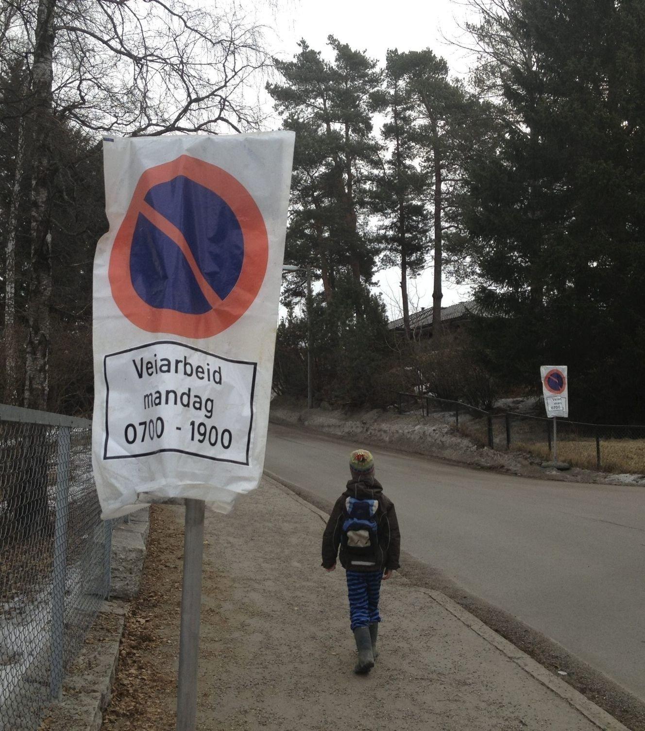 VÅRRENGJØRING: Husk å flytte bilen når disse skiltene kommer opp, så får kommunen fjernet grus og annen møkk etter vinteren.FOTO: NINA SCHYBERG OLSEN