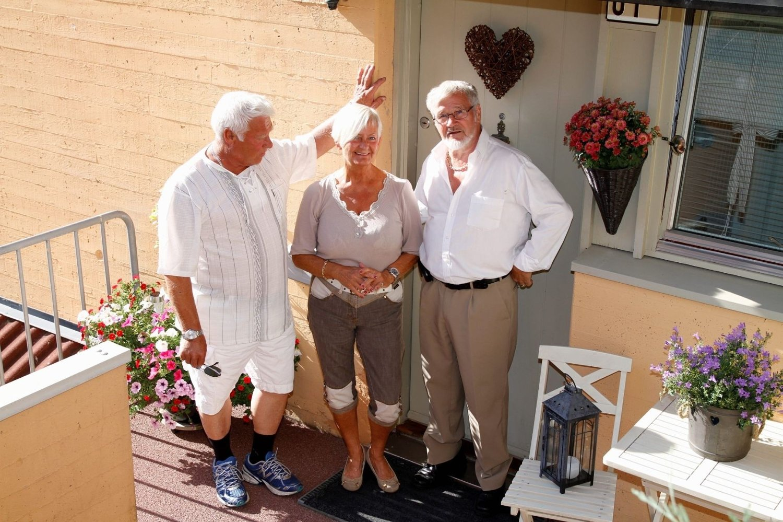 FEIENDE FLOTT: Elin Anthuns inngangsparti var en av to vinnere i fjorårets konkurransen, her sammen med juryformann Willy Walheim (t.h.) og Bengt Erik Farstad i styret.