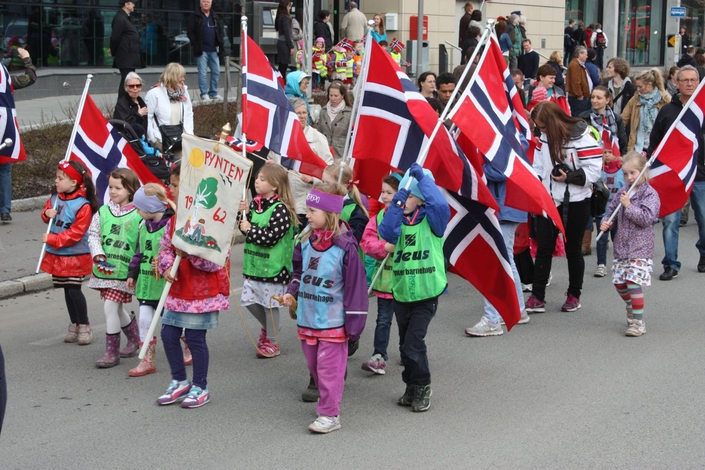 1200: Hele 1200 barn fra områdets barnehager gikk i 16. mai-toget på Lambertseter. Cec. Thoresens vei var nesten ikke lang nok. FOTO: Arne Vidar Jenssen