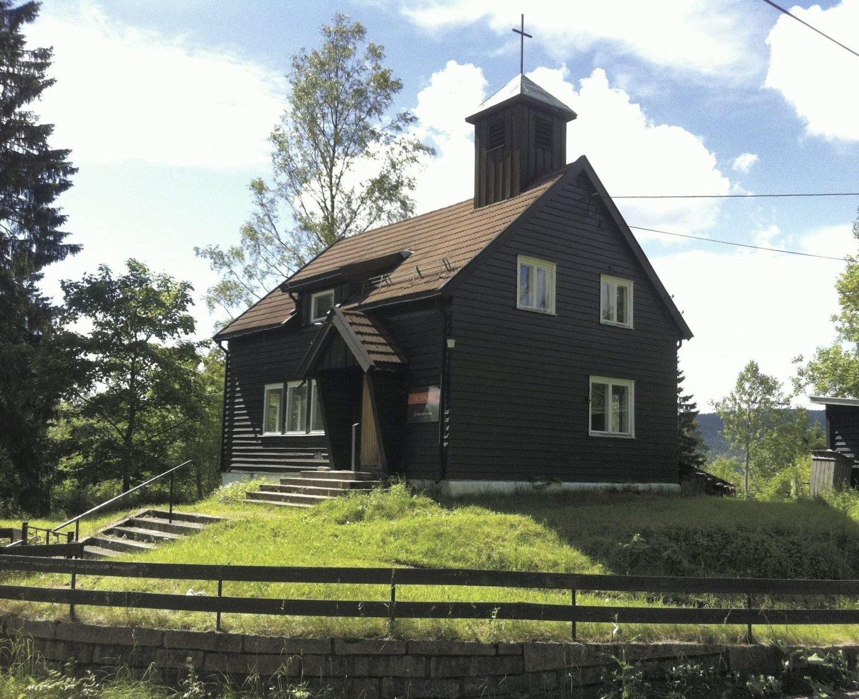 """SOLGT: Helt siden 1948 har dette vært Sørbråten kapell. Eiendommen ligger 15 - 20 minutter utenfor """"byen""""."""
