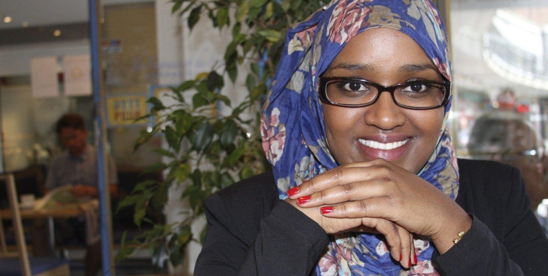 LESEHEST: – Jeg har alltid vært glad i å lese. Både faglitteratur og skjønnlitteratur. Nå har jeg tenkt til å lese meg opp på somalisk litteratur. Der henger jeg litt etter, sier nyslått PhD Deeqa Ahmed fra Holmlia, nå bosatt i sentrum.