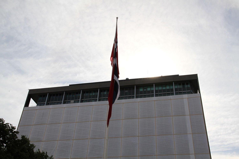 To år etter terrorangrepet deltar blant annet statsminister Jens Stoltenberg på en stille markering ved Regjeringskvartalet.