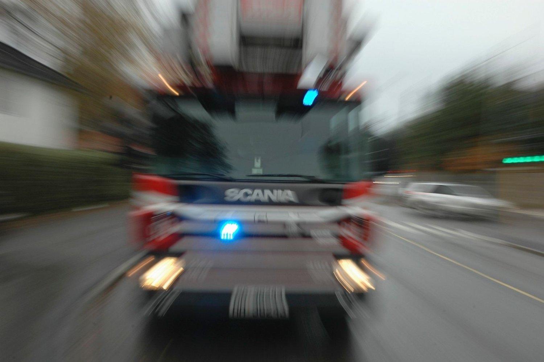 STORE MENGDER VANN: Politi og brannvesen rykket i ettermiddag ut på en større vannlekkasje i Prinsdal.
