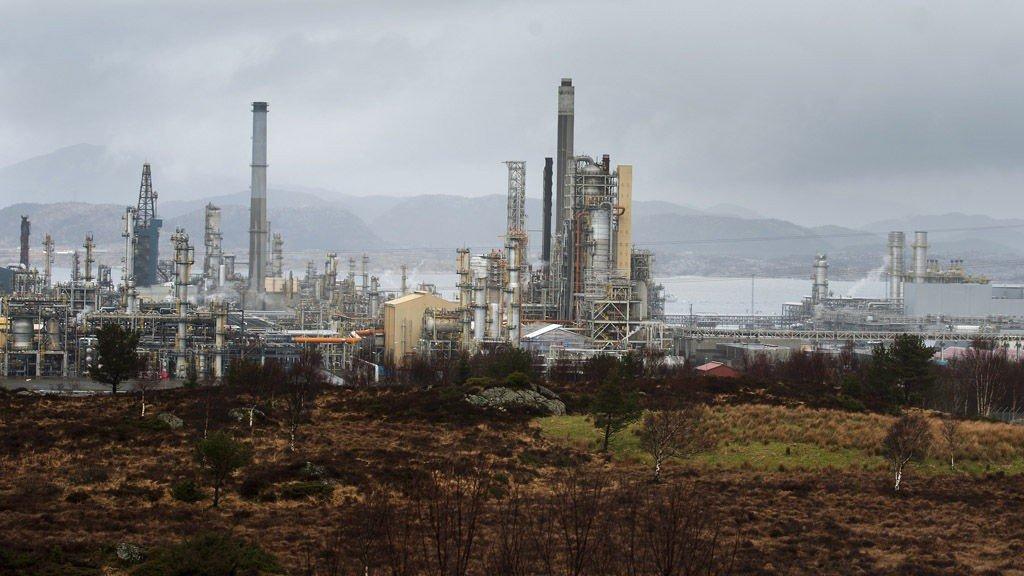 Lindås 20120328. Statoil truer med å legge ned oljeraffineriet på Mongstad. Statoil opplever at selskapet dels sliter med et tungt marked der marginene er lave og kostnadsnivået er høyt, og dels at problemene skyldes rammebetingelser som er annerledes enn det konkurrentene har. Foto: Marit Hommedal / Scanpix