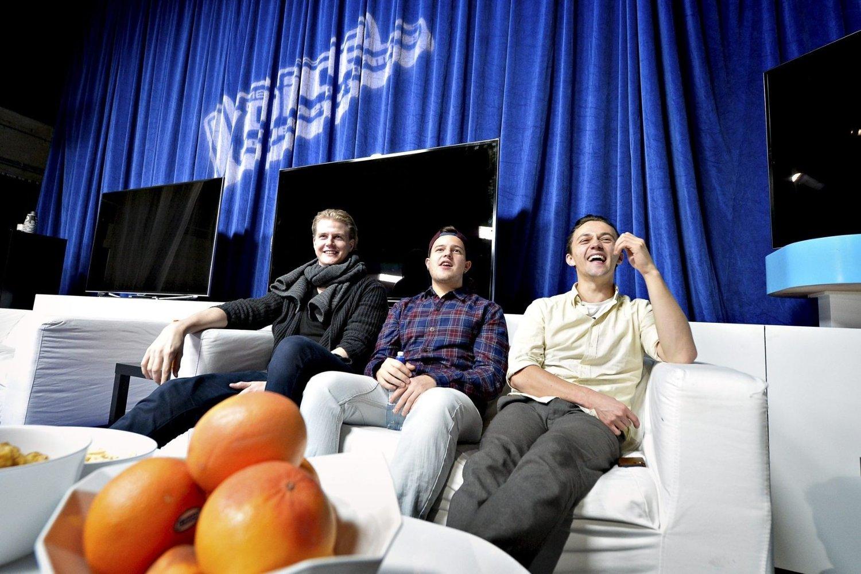 Supercatchy: Sondre Lerche (t.h.) kaller Petter Fagelunds (t.v.) finalelåt supercatchy. I midten sitter «The Voice»-finalist Adrian Jørgensen. Han har samarbeidet med mjøndølingen i flere år. foto: lisa selin