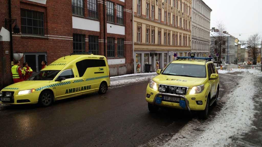 TIL SYKEHUS: En mann ble kjørt til Ullevål etter å ha blitt knivstukket på Tøyen tirsdag formiddag.