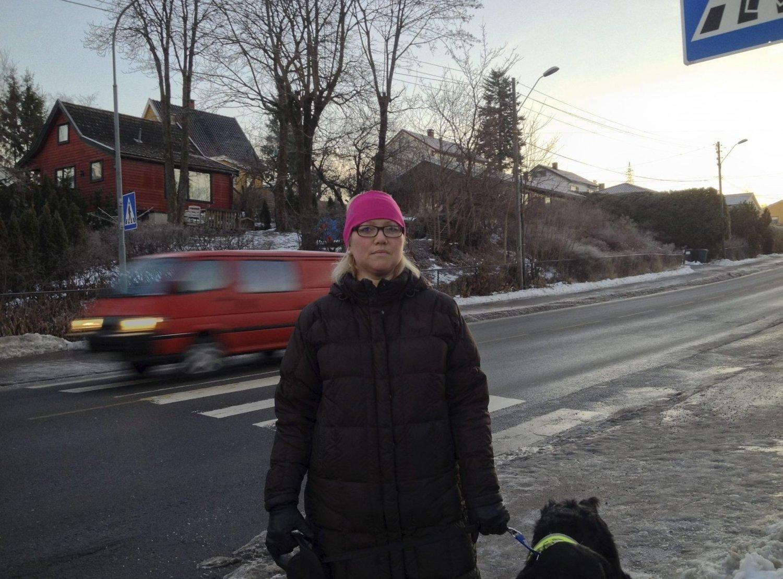 SKUMMELT: Camilla Rohdin opplever til stadighet at biler ikke stopper for henne når hun krysser Enebakkveien, i det samme gangfeltet der en kvinne torsdag ble påkjørt og drept.