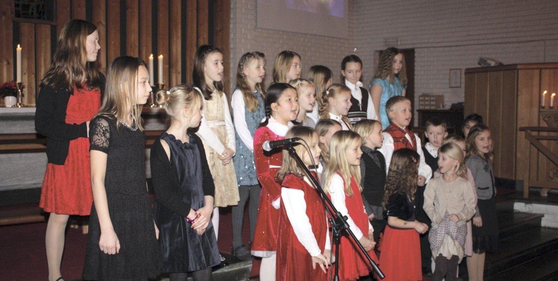 "KOR: Kor og julesanger hører med i en julaften-gudstjeneste. Oppsal skoles barne- og ungdomskor sang ""Et barn er født"" ved den første samlingen i sin kirke Foto: Arne Vidar Jenssen."