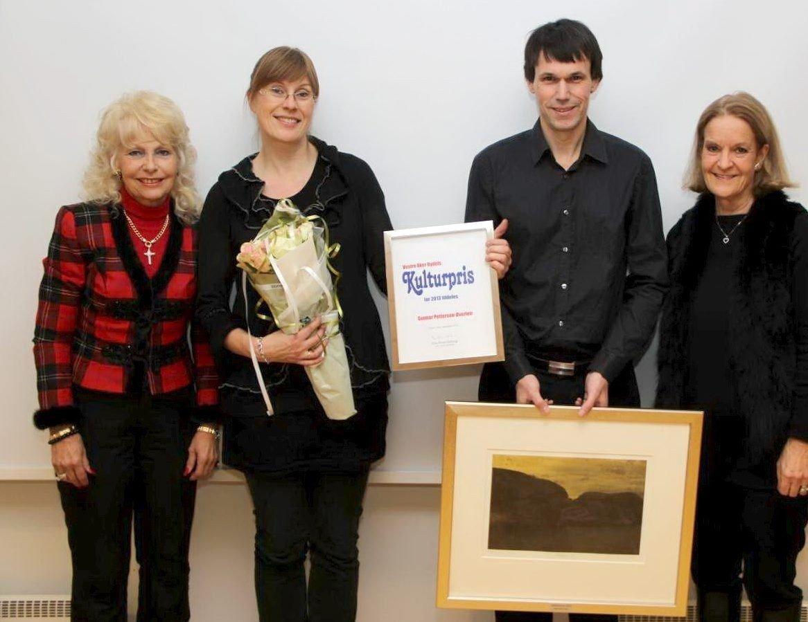 Gunnar Petersen-Øverleir sammen med sin kone Eline Hjelle (til venstre). På sidene er BU-leder Elin Horn Galtung og komitéleder Jane Steenbuch. Foto: Vidar Bakken