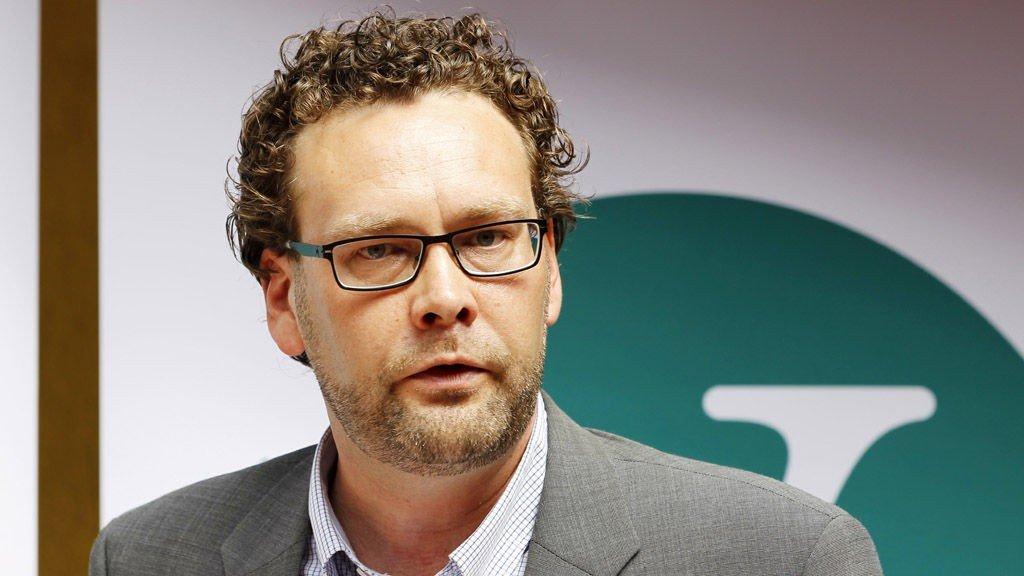 Venstres nestleder Helge Solum Larsen under sommerpressekonferansen i bakgården på utestedet Justisen i Oslo onsdag 22. juni 2011. Solum Larsen trakk seg fra sine verv i Venstre etter voldtektsanklager.