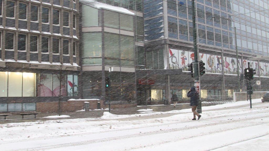 UVÆR: Det både blåser og snør. Oslofolket er innpakket i skjerf og hetter.