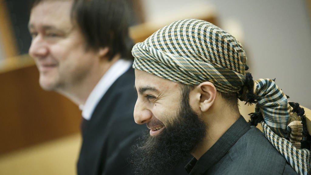 TILTALT: Ubaydullah Hussain, den radikale islamisten og tidigere talsmannen i Profetens Ummah, står tiltalt for trusler i Oslo tingrett. Her er han sammen med sin forsvarer John Christian Elden på første dag av rettssaken.