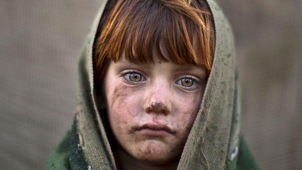 Den seks år gamle jenta laiba Hazrat poserer for fotografen.