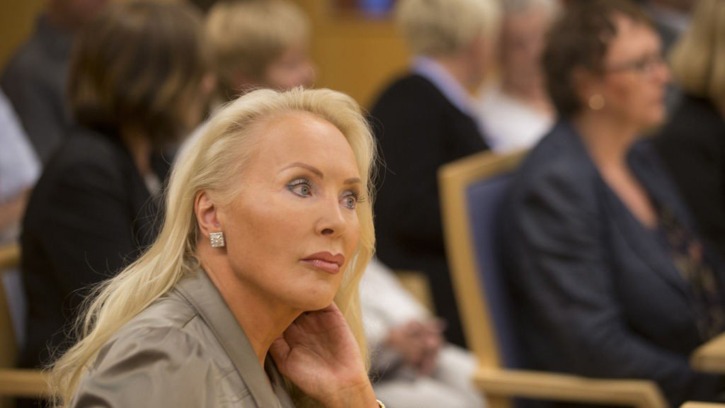 Mandag møtte Mona Høiness familien til Synnøve Alver Urdahl ( i bakgrunnen) i striden om arven på på cirka 100 millioner i Oslo byfogdembede mot familien til Synnøve Urdahl (i bakgrunnen)