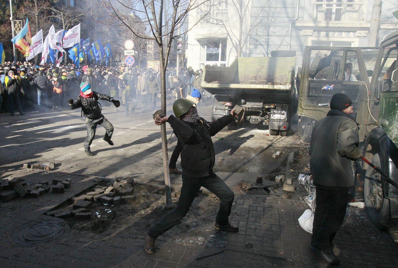 OPPTØYER: Demonstranter kastet stein i nærheten av parlamentsbygningen i Ukraina tirsdag.