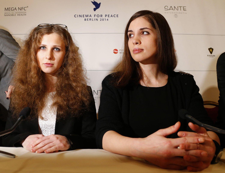 Maria Aljokhina (t.v.) og Nadezjda Tolokonnikova i Berlin tidligere i februar. Nå er de begge pågrepet i OL-byen Sotsji, skriver de på Twitter.