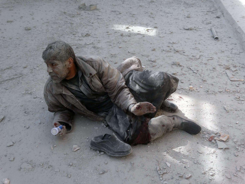 HVOR ER ENGASJEMENTET: En syrisk mann venter på hjelp etter å ha blitt skadet i et luftangrep utført av det syriske regimet i byen Aleppo mandag. Jan Egeland spør seg selv hvor det blir av engasjementet blant folket.