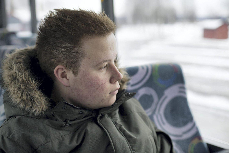 SKJULTE TÅRENE: Emil forteller at han ofte tittet ut av bussvinduet for å skjule tårene under den tøffe tiden. Foto: Mats Brustad