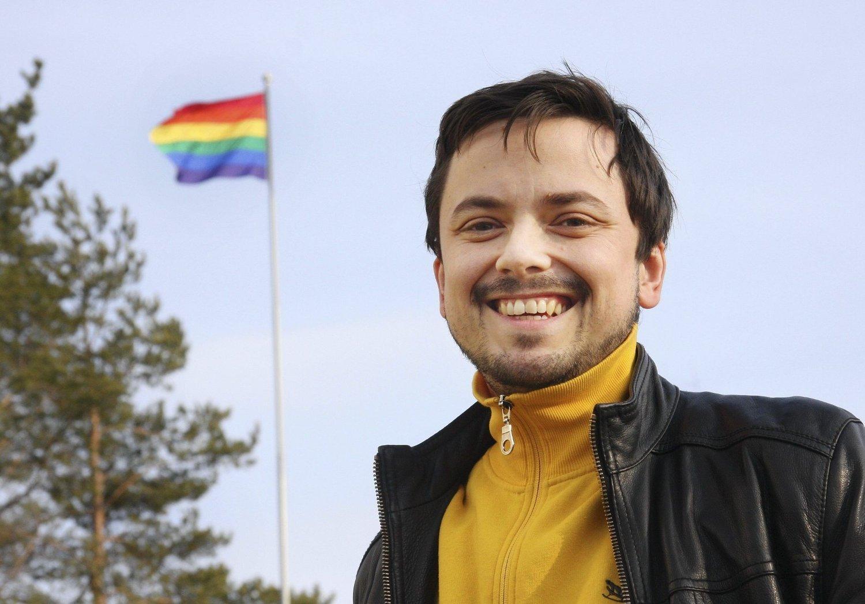 HEISTE FLAGGET: Sogneprest Thomas Tinglum har heist regnbueflagget på prestegården på Sand.