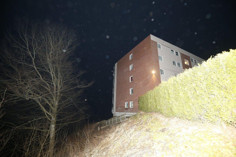 EVAKUERT: Et jordras har gått under en boligblokk i Refneveien i Halden. Beboerne er evakuert til et hotell i sentrum av byen.