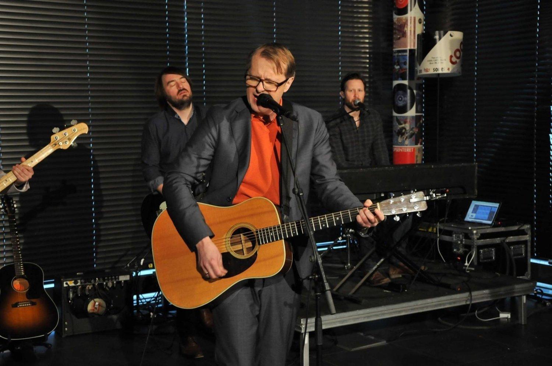 Elg smiler stort når han bivåner Lars Lillo-Stenberg fremføre «Den usynlige mannen», som var den rett ut av en deLillo-skive.