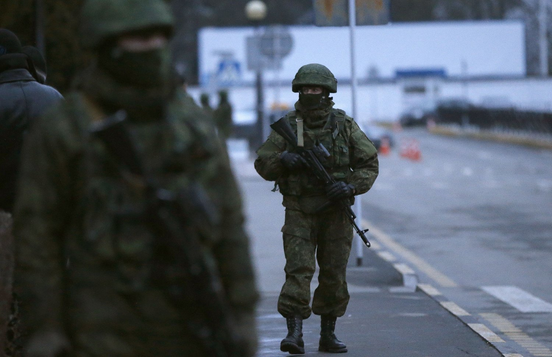 Bevæpnede menn i umerkede uniformer patruljerer flyplassen i Simferopol.