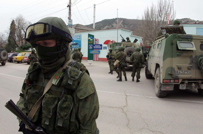 Uidentifserte, bevæpnede personer med pansrede kjøretøy blokkerer grensen til Sevastopol på Krim.