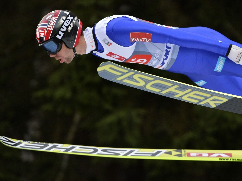 PALLPLASS: Anders Bardal og resten av de norske laget hoppet seg inn til en tredjeplass i lagkonkurransen etter at Slovenia skuffet stort på sitt siste hopp.