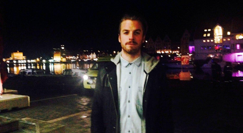 Leo Roussel hørte skrik og fikk reddet to menn opp fra iskalde Vågen lørdag kveld. Han fikk ros fra politiet.