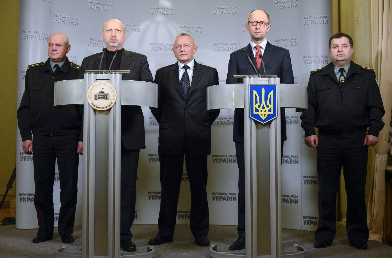 I BEREDSKAP: Fungerende president i Ukraina,Oleksandr Turtsjynov (andre til venstre), sammen med statsministerArsenij Jatsenjuk (andre fra høyre) under en pressekonferanse i Kiev lørdag 1. mars. Statsministeren sa under pressekonferansen at han var «overbevist» om at Russland ikke vil gripe inn militært. Likevel, så har presidenten gitt ordre om å sette landets styrker i kampberedskap.