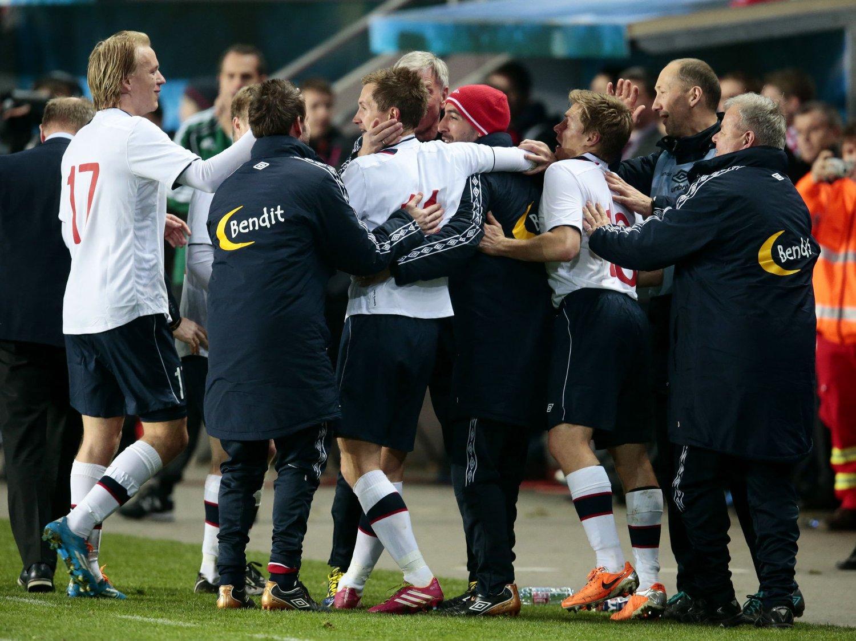 AVGJORDE: Morten Gamst Pedersen jublet sammen med medspillere og støtteapparat etter å ha utliknet til 2-2 mot Tsjekkia, etter en stor keepertabbe av Petr Cech.
