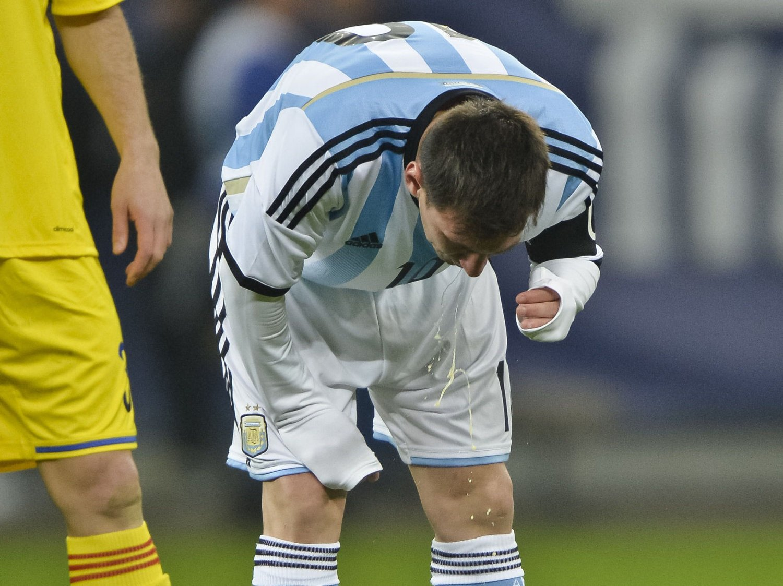 KASTER OPP: Barcelona- og Argentina-spiller Lionel Messi kastet opp under privatlandskampen mot Romania.