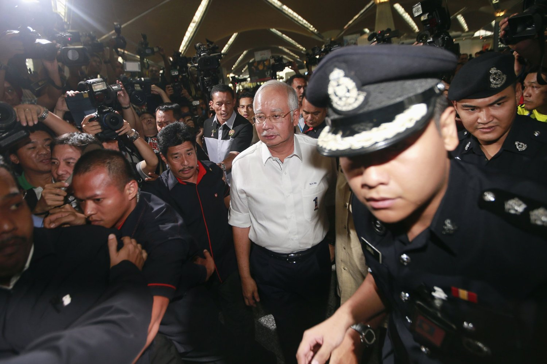 MØTER PÅRØRENDE: Malaysias statsminister Najib Razak ankommer stedet hvor pårørende til de savnede om bord på Flight MH370 er samlet på Kuala Lumpur International Airport.