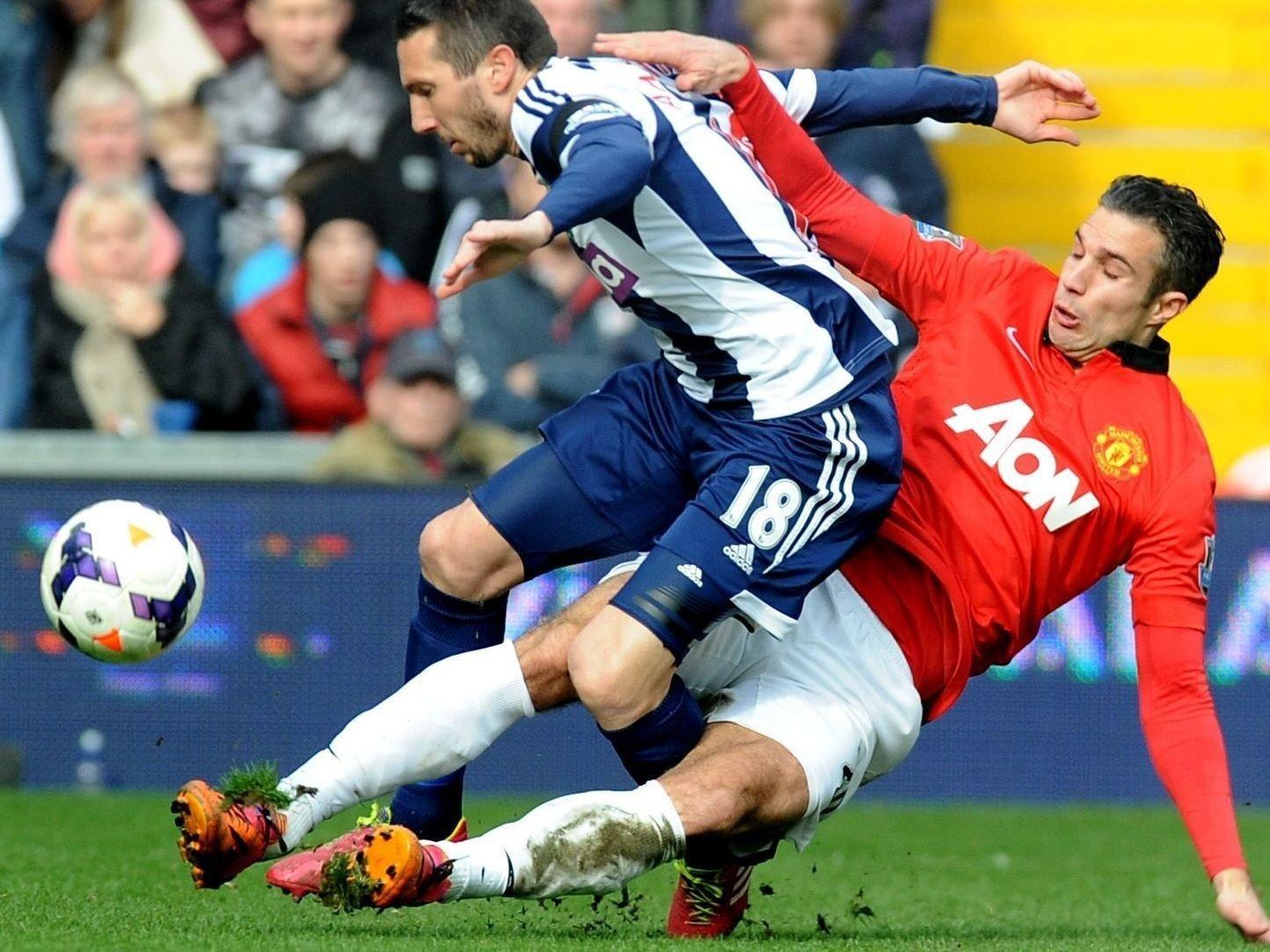 Manchester Uniteds Robin van Persie var heldig som slapp det røde kortet mot West Bromwich. Her takler han Morgan Amalfitano, en takling som ga ham gult kort. Foto: AP Photo/Rui Vieira